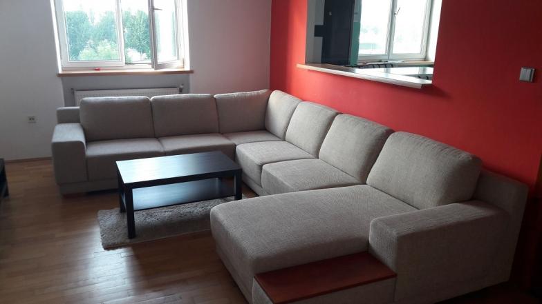 Prenájom veľkého 2-izbového bytu na Trnavskej ceste, oproti HANT aréne. Byt je kompletne zariadený a nachád