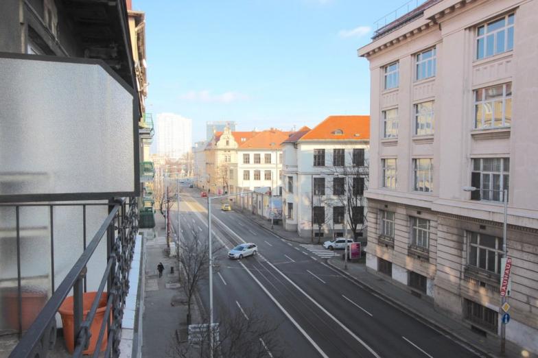 Prenájom 2 izbového bytu na Jakubovom námestí BA I = Lazarecká ulica. .