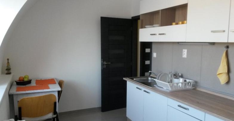 Prenájom svetlého a priestranného 3- izbového bytu, 8 posch., v novostavbe , Stromová ulica, Kramare.