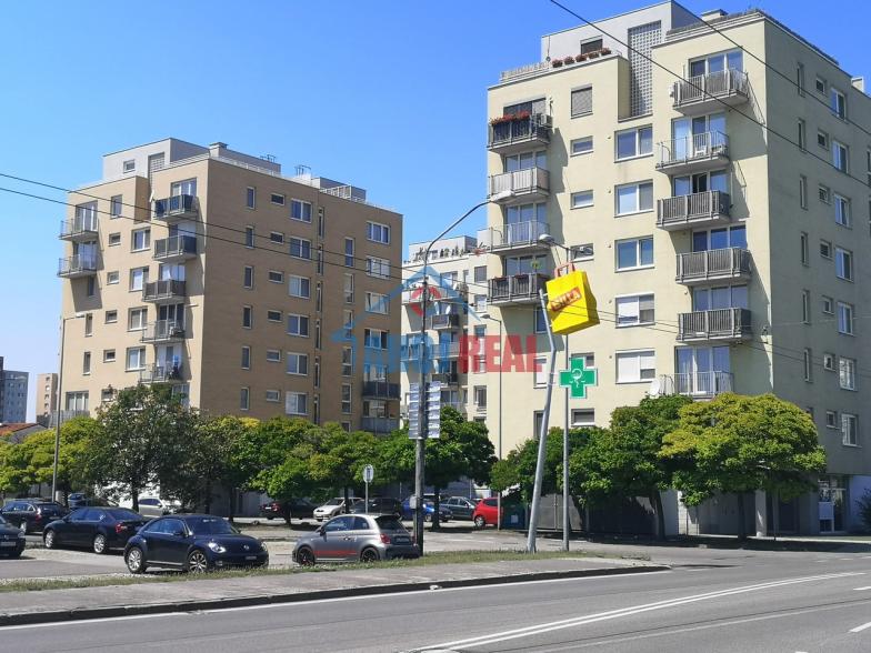 Novostavba 1,5i byt, pivnica,parking,TV aj NET,balkon,výťah